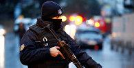 Полицейский охраняет площадь рядом с ночным клубом, в котором произошло вооруженное нападение, в Стамбуле