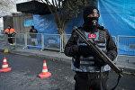 Сотрудник турецкой полиции с автоматом стоит в оцеплении у ночного клуба Reina в Стамбуле