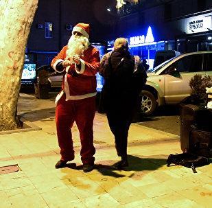 თბილისში სანტა ცეკვით შოულობდა ფულს  GEO