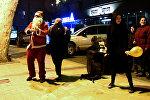 Танцующий Санта Клаус развлекал прохожих в Тбилиси