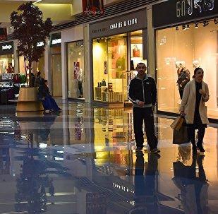 Покупатели в одном из тбилисских торговых центров