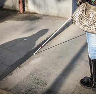 Мацацо Хачапуридзе гуляет по городу, используя белую трость