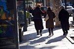 Жители на улицах Тбилиси