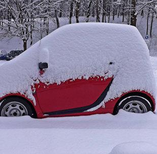 მანქანა თოვლში