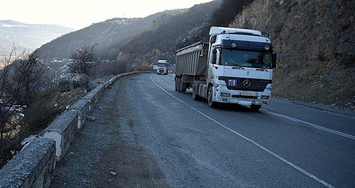 Грузовая автомашина на Военно-Грузинской дороге