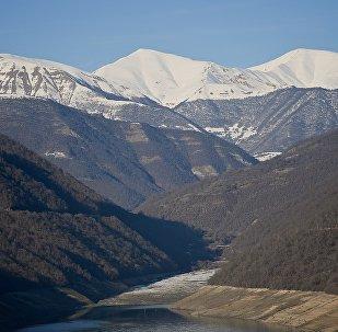 Вид на горы Кавказа со стороны Жинвальского водохранилища