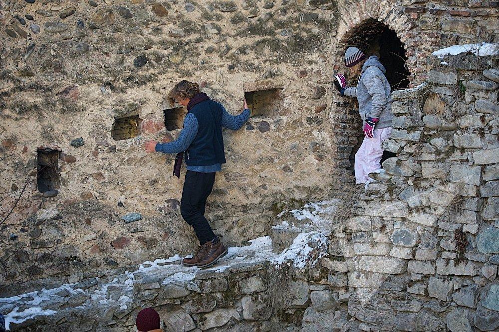 ტურისტები ანანურის ციხე-სიმაგრეში