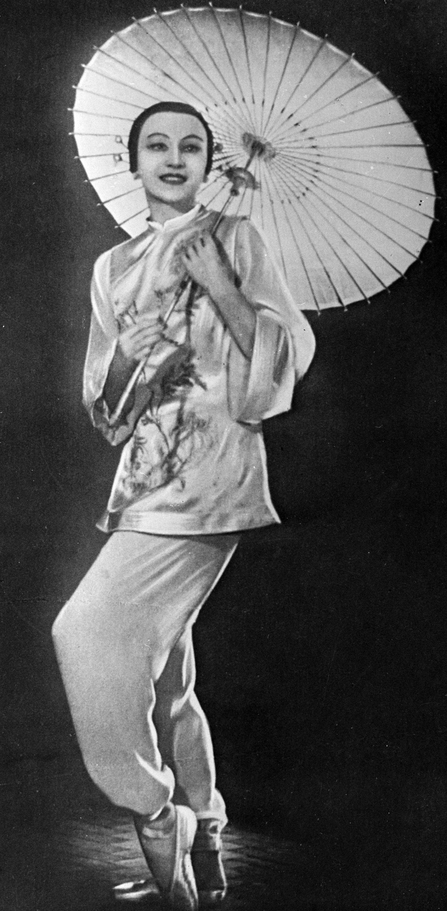 """გალინა ულანოვა ჩინელი მოცეკვავის, ტაო ხოას როლში, სცენა ბალეტიდან """"წითელი ყვავილი"""""""