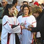 ალილოს მონაწილეეები გამვლელებს შობას ულოცავენ