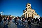 Люди у храма Святой Троицы - Самеба, в день Рождества Христова