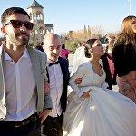 ალილოს მსვლელობისას სამების ტაძარში ახალდაქორწინებულებიც გამოჩნდნენ