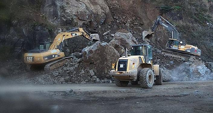 Восстановление движения на автодороге Тбилиси-Сенаки-Леселидзе
