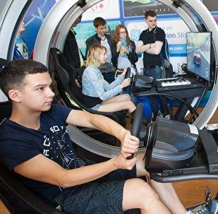 Посетители играют в компьютерные игры на фестивале социальной сети Вконтакте в Санкт-Петербурге