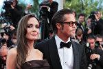 Актеры Анжелина Джоли и Брэд Питт позируют на Красной дорожке перед конкурсным показом фильма The Tree Of Life в рамках 64-го Ежегодного Каннского кинофестиваля