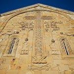 ჯვრის, ანგელოზების, ვაზის და ცხოველების გამოსახულება ღვთისმშობლის მიძინების ტაძრის კედელზე