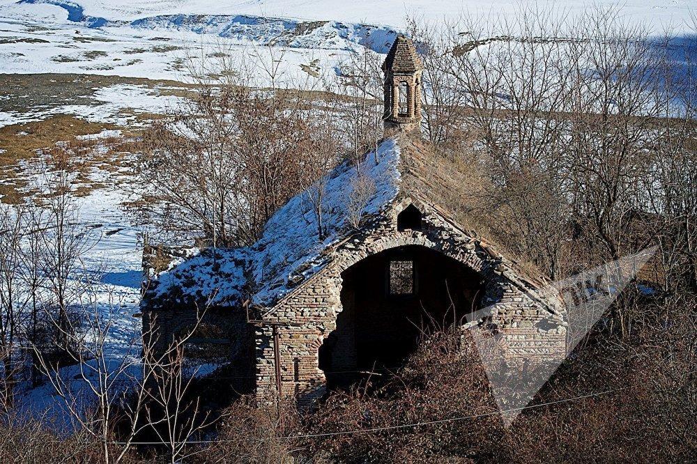 ეკლესიის ნანგრევები ანანურის ციხე-სიმაგრესთან