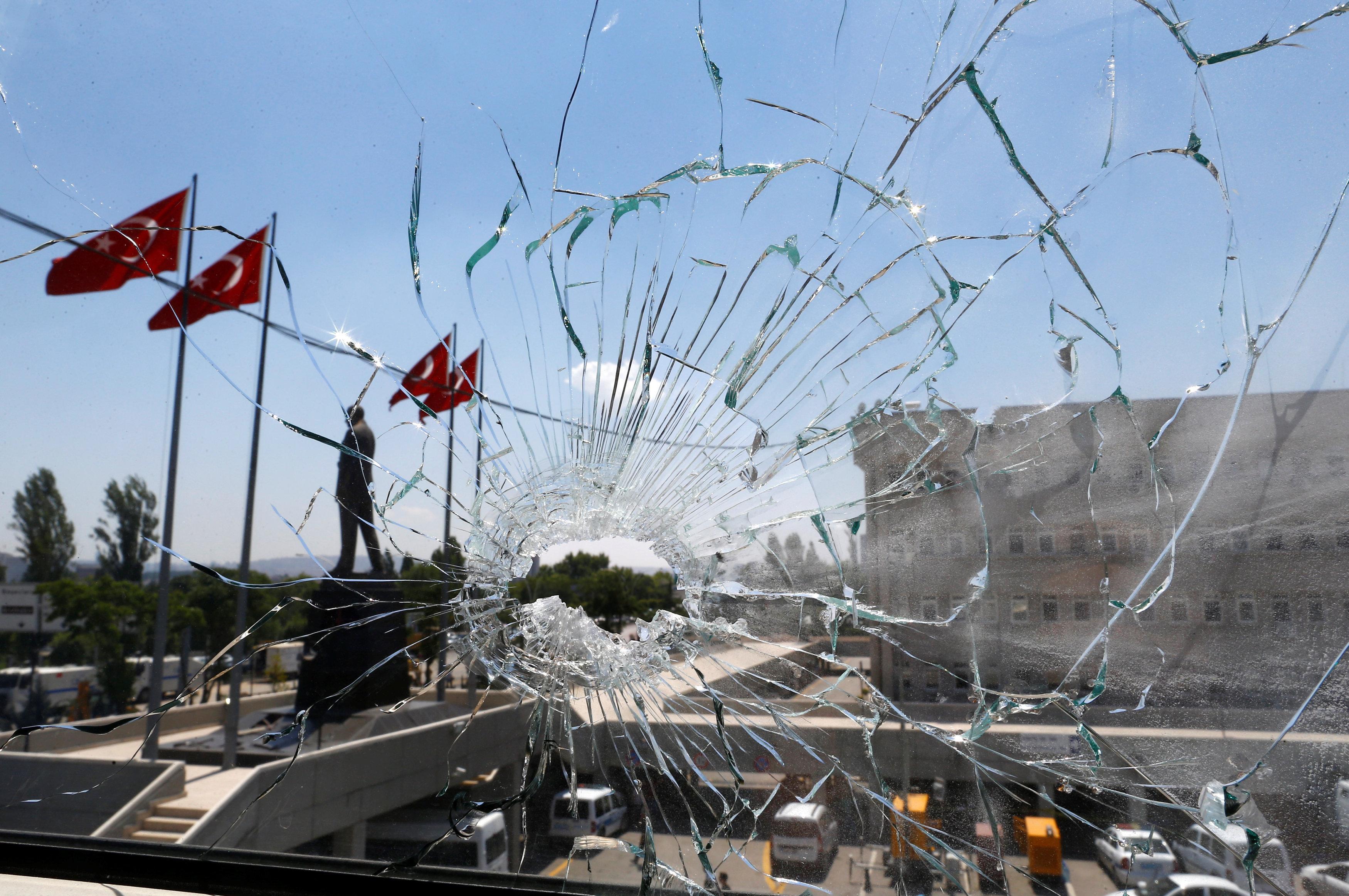 Пробитое пулей окно в здании управления полиции в Анкаре