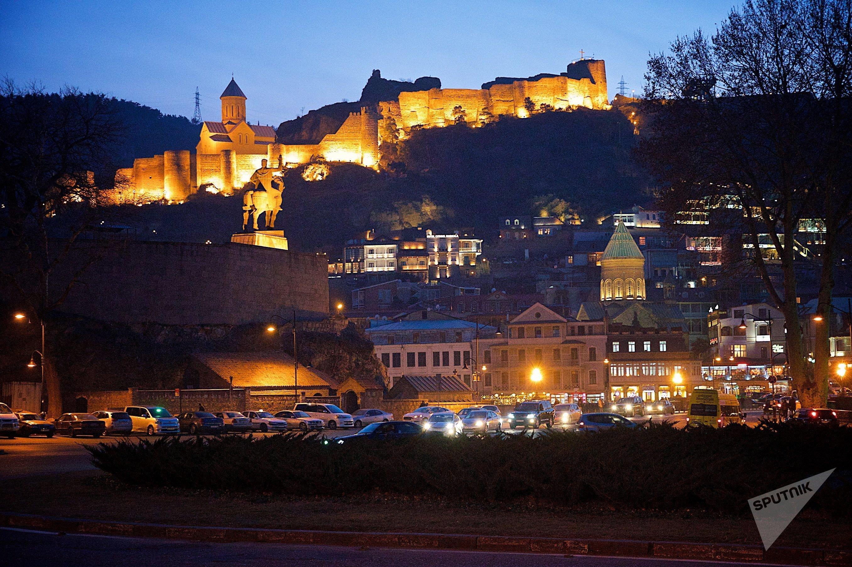 Вид на крепость Нарикала и исторический центр Тбилиси