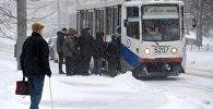 Горожане на остановке трамвая в Москве