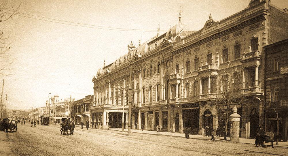 ტფილისის არტისტული საზოგადოების შენობა, რომელიც 1901 წელს აშენდა და სადაც ამჟამად შოთა რუსთაველის სახელობის სახელმწიფო აკადემიური თეატრია განთავსებული
