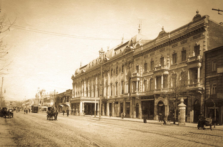Здание Тифлисского артистического общества,отстроенного на деньги известного мецената Исая Питоева в 1901 году. Сегодня в этом здании расположен государственный академический драматический театр имени Шота Руставели