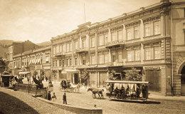 სასტუმრო კავკაზი და კავკასიის არმიის შტაბი (არკიანი შენობა, მარჯვნივ). დღეს სასტუმროს შენობა უკვე აღარ არსებობს, ამ მხარეს არის თავისუფლების მოედანი და იქ განტავსებულია ერთ-ერთი თანამედროვე სასტუმროს ახალი შენობა.