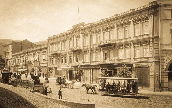 Гостиница Кавказ и Штаб кавказских войск (здание с аркой, справа). Сегодня здания гостиницы уже не существует, в той стороне находится площадь Свободы и там расположено новое здание одного из современных отелей.