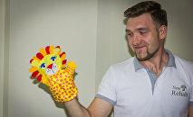 Саба Гудушаури показывает развивающие игрушки, произведенные в Грузии