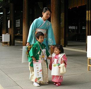 იაპონელი დედა შვილებთან ერთად