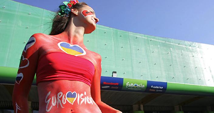 Модель у Дворца спорта в Киеве перед финалом конкурса Евровидение