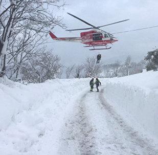 Спасатели работают на месте схода лавины в Италии