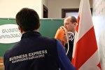 Представитель партии Гирчи Зураб Джапаридзе со спасательным кругом в руках