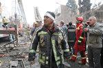 Пожарный на месте рухнувшего высотного здания в Тегеране, Иран