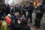 Полицейские на улице Вашингтона, где проходит акция протеста против избрания Дональда Трампа президентом США
