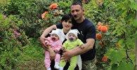 Женщина-сэнсэй Мака Кебурия с супругом и детьми