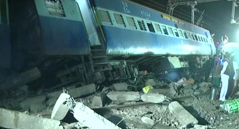 Сошедший с рельс поезд  в штате Андхра-Прадеш, Индия