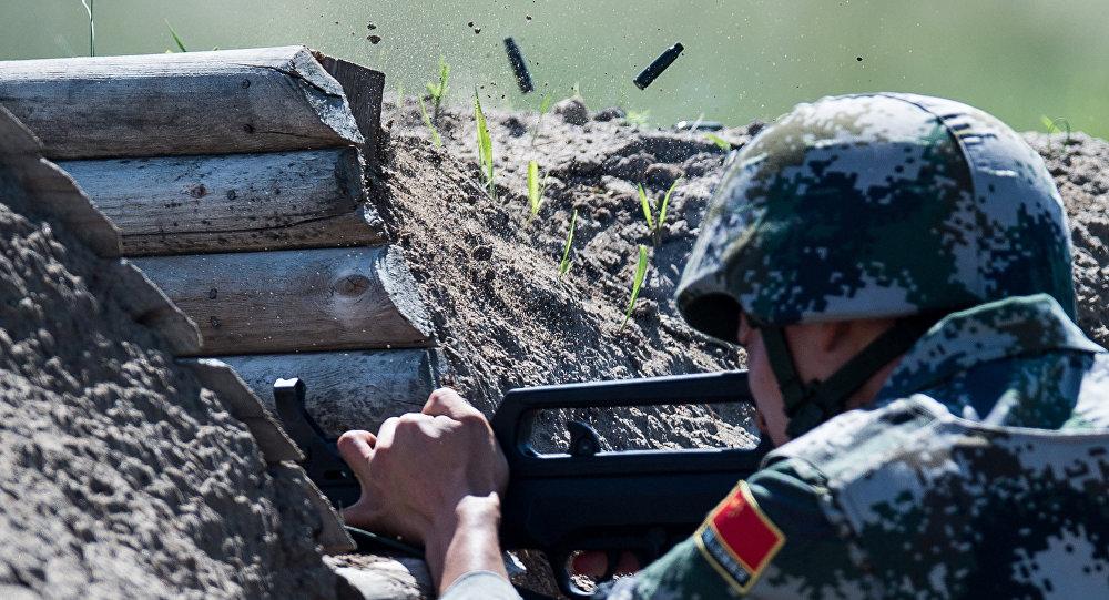Военнослужащий армии Китая на огневом рубеже на международном конкурсе Рембат