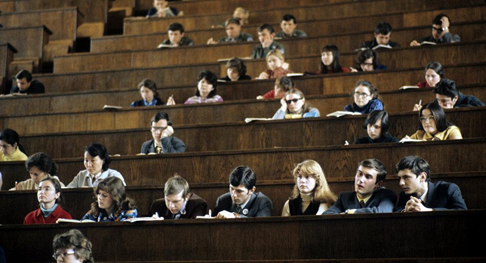 Студенты МГУ им. Ломоносова на лекциях