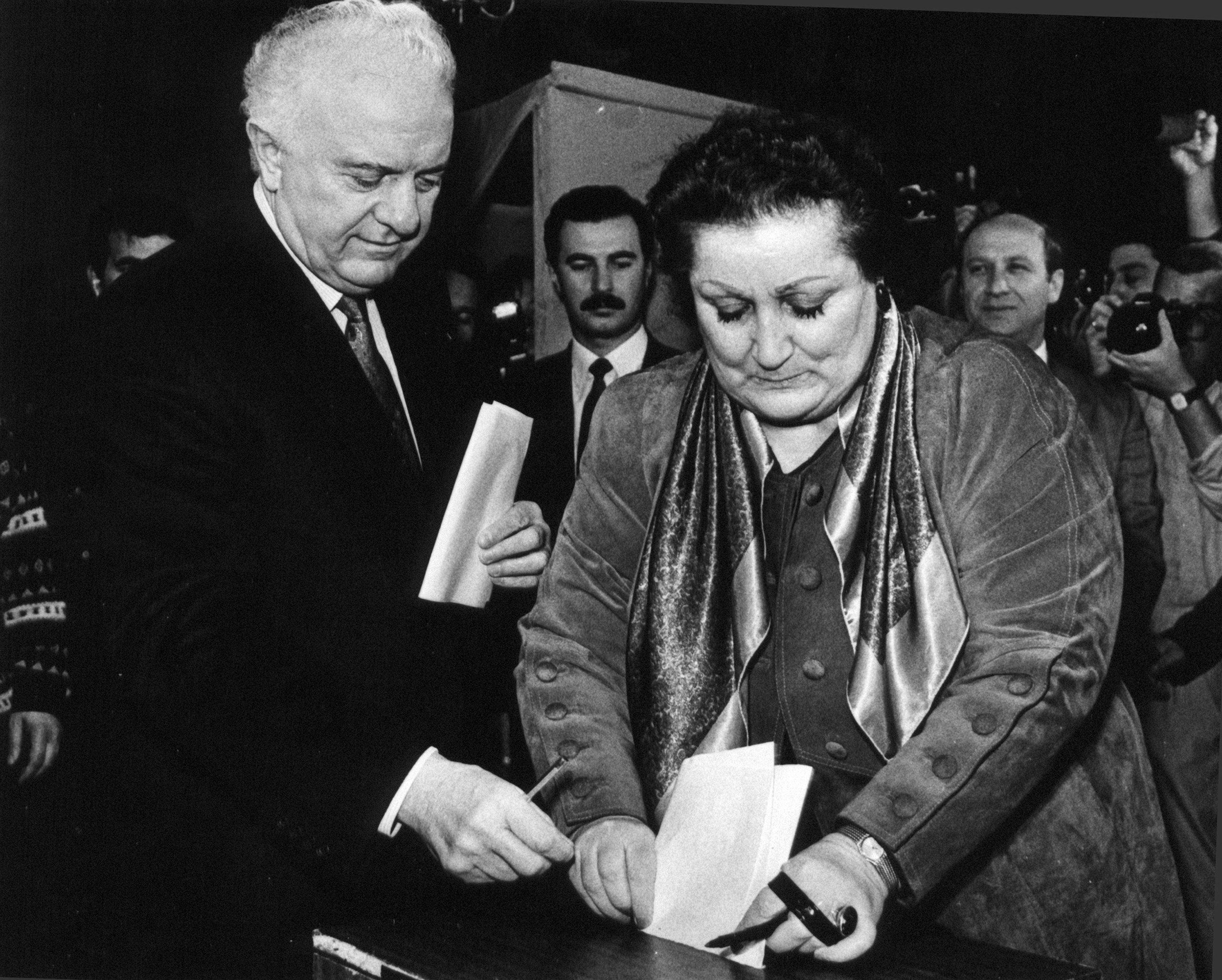Второй президент Грузии Эдуард Шеварднадзе с супругой Нанули во время парламентских выборов в Тбилиси