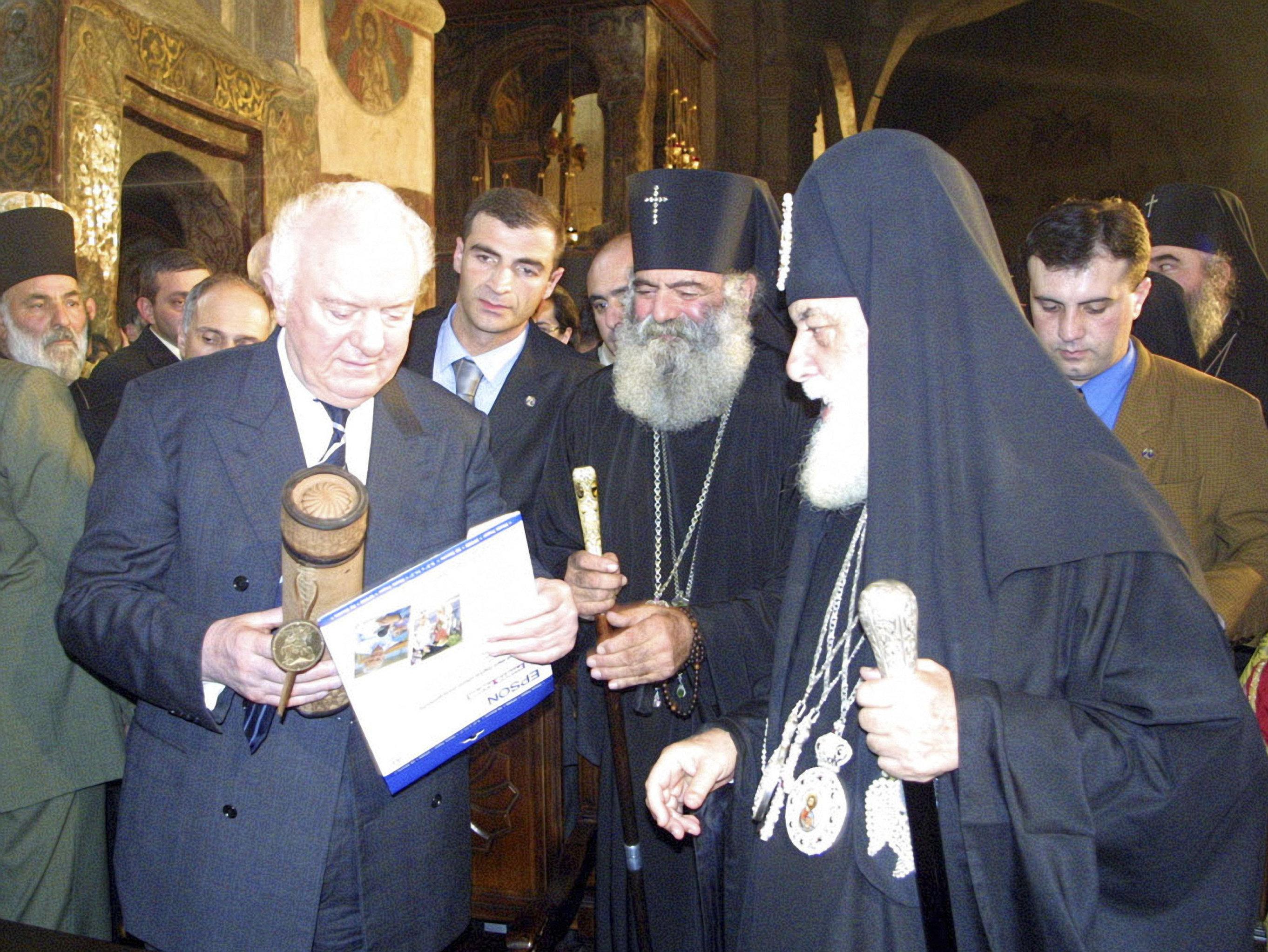 Второй президент Грузии Эдуард Шеварднадзе и Католикос-Патриарх всея Грузии Илия Второй во время религиозного праздника Мцхетоба в Мцхете
