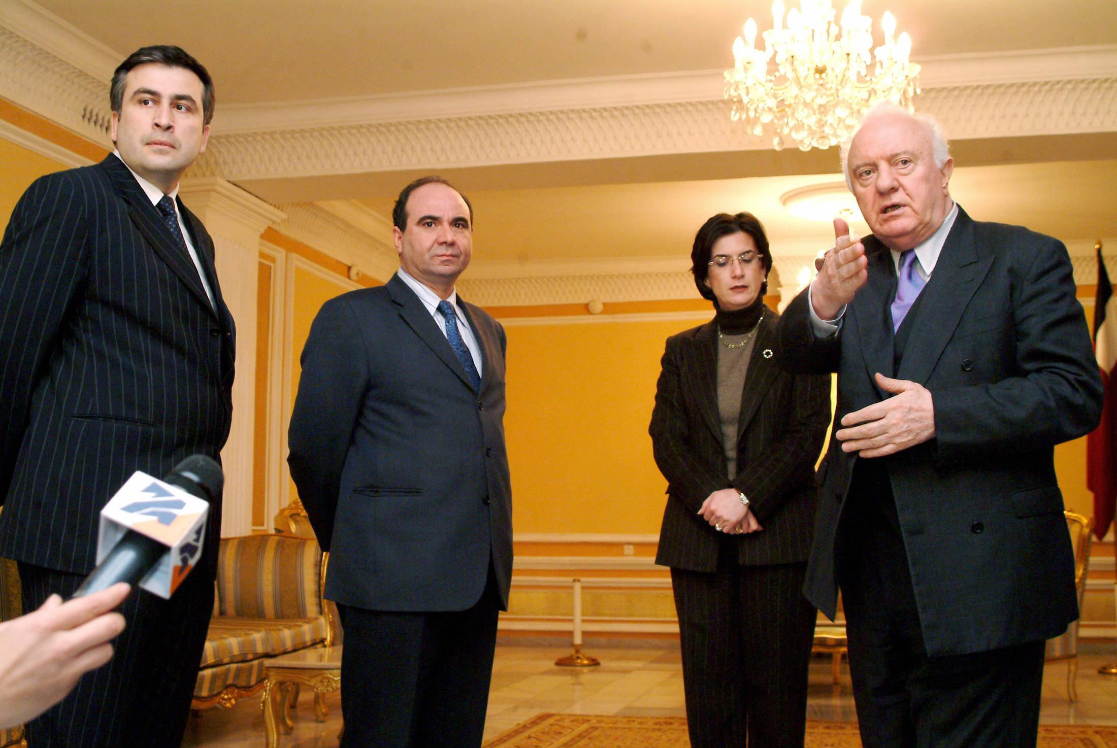 Эдуард Шеварднадзе вместе с лидерами оппозиции Михаилом Саакашвили, Зурабом Жвания и Нино Бурджанадзе, ноябрь 2003 года