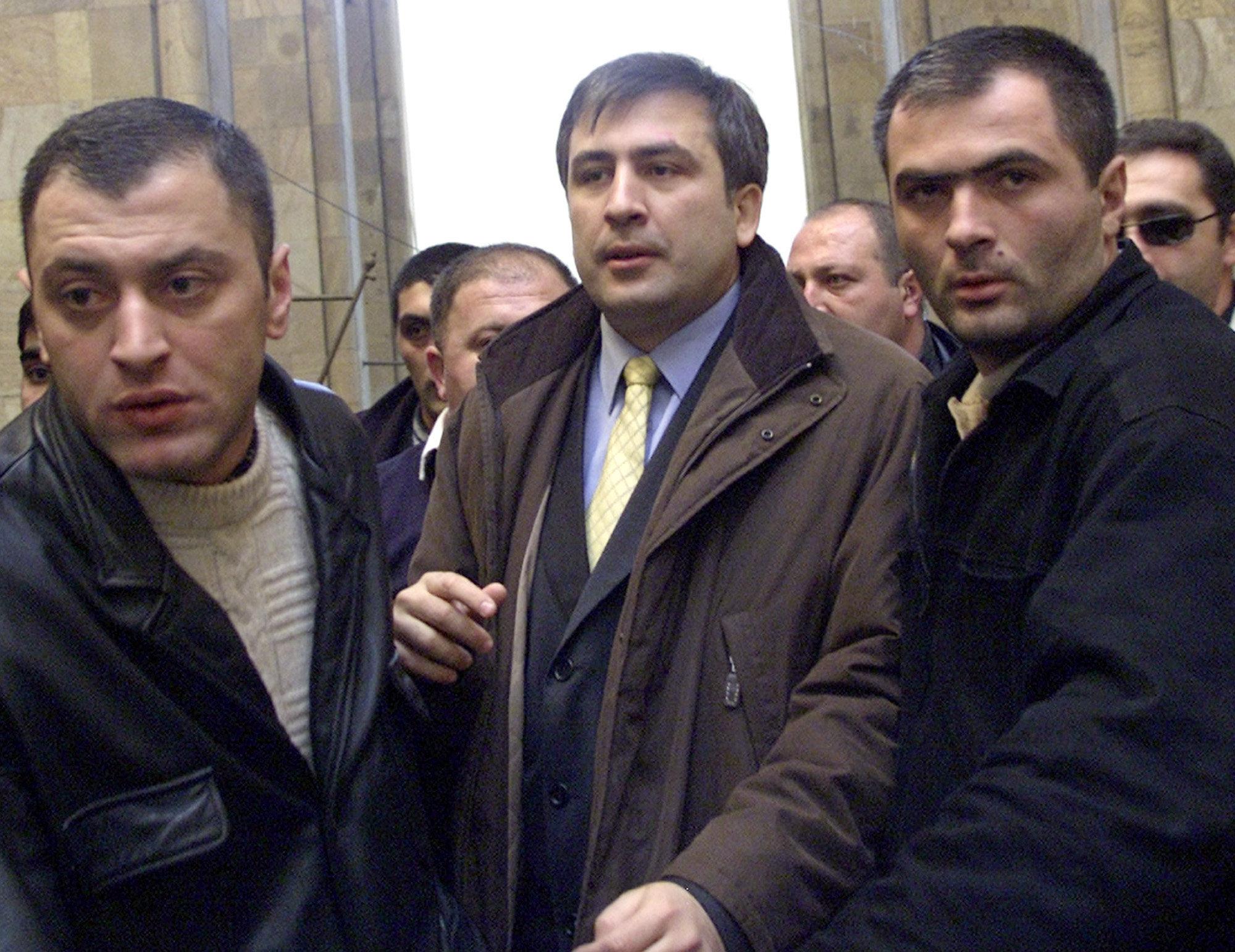 Михаил Саакашвили в сопровождении охраны входит в здание парламента Грузии, 23 ноября 2003 года