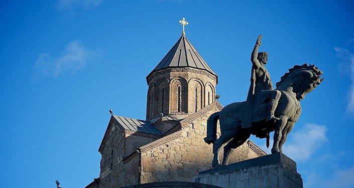 Памятник царю Вахтангу Горгасали и Метехская церковь в Тбилиси