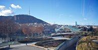 Вид на парк Рике, мост Мира и гору Мтацминда с телевышкой - центр Тбилиси