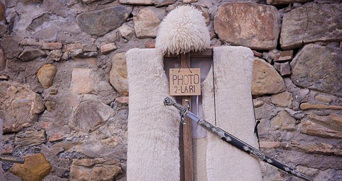 ნაბადი და ფაფახი ანანურის ციხესიმაგრის კედელზე