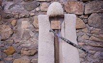 Бурка с папахой у крепости Ананури - туристам тут предлагают сфотографироваться за два лари