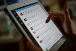 Страница сайта Twitter на экране планшетного компьютера