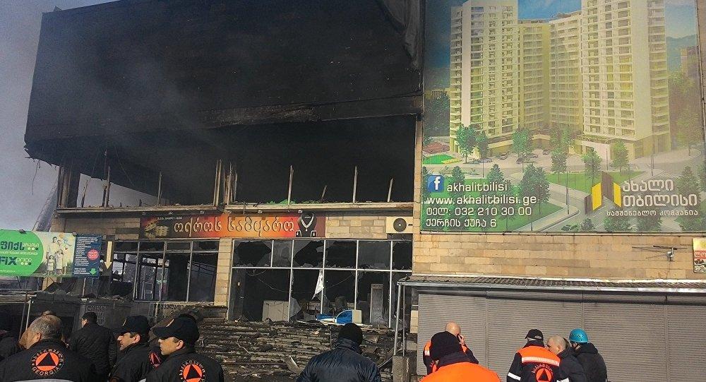 ВТбилиси после пожара обвалилась часть фасада «Детского мира»