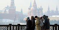 Прохожие в морозный день в Москве