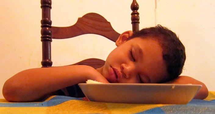 მაგიდასთან ჩაძინებული ბავშვი